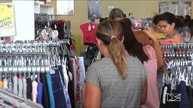 Comerciantes alteram horário de funcionamento em Balsas por conta das festas de fim de ano - População de Balsas tem duas horas a mais para fazer as compras de Natal, como estratégia dos lojistas para aumentar as vendas nesse fim de ano.