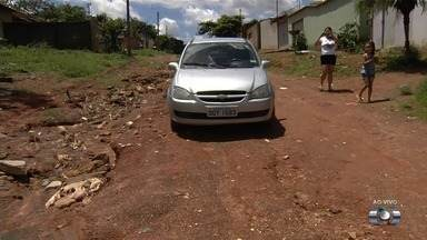 Chuva destrói rua sem asfalto no setor Morada dos Passaros, em Aparecida de Goiânia - Muitas casas ficaram inacessíveis. Buracos impossibilitaram que carros entrassem e saíssem dos imóveis.