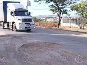Motoristas reclamam da quantidade de buracos nas ruas de Montes Claros - Buracos causam acidentes e prejuízos.