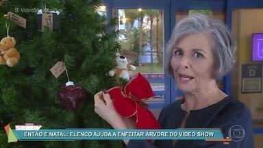 Elenco ajuda a montar a árvore de natal do 'Vídeo Show' - Galera pendura enfeites e faz os desejos para 2018
