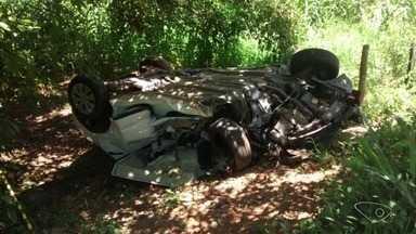 Duas pessoas morrem em acidente envolvendo carro, carreta e caminhão na BR-101 Sul - Outras duas ficaram feridas.
