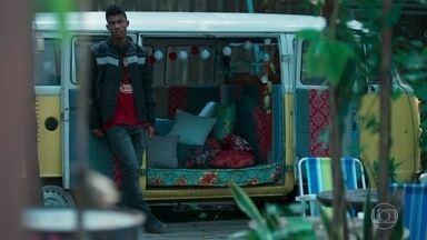Anderson se revolta ao saber que Tina ficou com outro cara - Tina fica irritada com o machismo do ex e o deixa sozinho