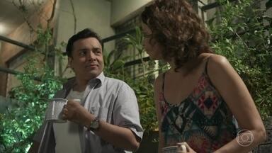 Nelito e Tereza conversam sobre Júlio e Antônia - Os dois concordam que o ex-casal se ama, mas comentam sobre os problemas que eles terão que enfrentar se decidirem ficar juntos