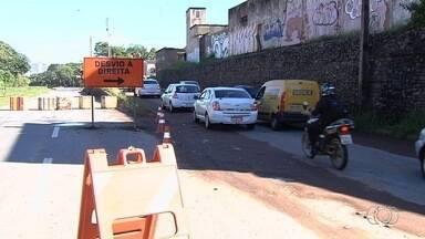 Após nova análise, prefeitura estende prazo para obras de reparo na Marginal Botafogo - A estimativa é que bloqueio dure 20 dias. Três pontos da pista desmoronaram após forte chuva. Motoristas reclamam dos desvios na região.