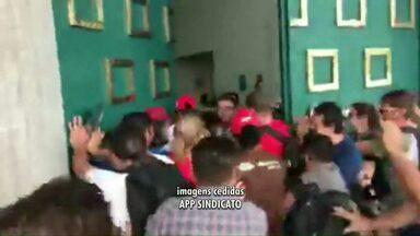 Professores fazem protesto contra redução de salário e invadem Palácio Iguaçu em Curitiba - Manifestações foram registradas em várias cidades do estado.