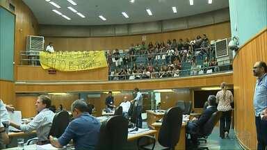 Passe livre concentra os debates em mais uma sessão extraordinária na Câmara de Londrina - Os vereadores fizeram várias pausar para conversar sobre o projeto. Estudantes acompanharam de perto a sessão.