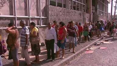 Idosos dormem em fila no Recife apesar de prorrogação do prazo para se cadastrar no BPC - É possível se cadastrar no Benefício de Prestação Continuada até dezembro de 2018.