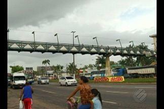 Passarela na BR-316 continua oferecendo riscos aos pedestres em Ananindeua - A estrutura está cheia de problemas e a Secretaria de Estado de Transportes ainda não cumpriu promessa de interditar o espaço.