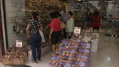 Comércio de rua de Salvador tem grande movimento com a proximidade do Natal - Muita gente está em busca de presentes baratos, que caibam no orçamento.