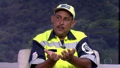 Bebê recém-nascido é encontrado por agente da CET-Rio em um matagal - O bebê ainda estava com o cordão umbilical quando foi encontrado pelo agente da CET-Rio, Alexandre Dias de Freitas. O agente conta como ocorreu o resgate do bebê.