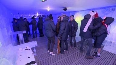 Cliente sente o clima congelante do Polo Norte em bar de Brasília - Visitante precisa se vestir a caráter para suportar os 15ºC da câmara fria instalada em uma cidade com temperatura que passa de 30ºC no verão.