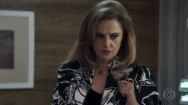 Sophia obriga Cido a mentir em depoimento - A vilã chama Vinícius para acompanhá-la até a delegacia de Pedra Santa
