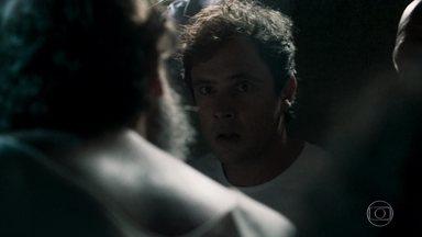 Gael é agredido por outros detentos - Filho de Sophia negocia para salvar sua vida. Clara conta para Renato que armou para o ex-marido ser preso