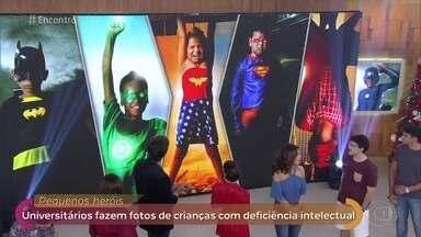 Universitários de Minas criam projeto para resgatar autoestima de crianças com deficiência - Crianças com deficiência intelectual ganharam ensaio fotográfico inspirado em super-heróis