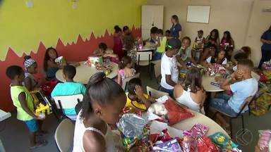 Funcionários da TV Integração em Juiz de Fora entregam presentes arrecadados para o Natal - Mais de 700 presentes foram arrecadados durante a campanha; quatro instituições já foram contempladas.