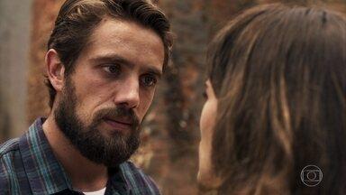 Renato afirma que ajudará Clara a se vingar e conquistar Tomaz - Clara diz que seu coração está fechado por conta de todo sofrimento que já teve