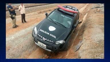 Viatura bate em pedra, estoura pneu e sai de pista no Campo de Peris - Uma pessoa se feriu e foi levada para o hospital.