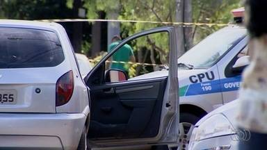 Jovem é morto a tiros dentro de carro, e filho fica ferido, em Goiânia - Menino foi atingido na perda e socorrido para o Hugo. Segundo a PM, um homem a pé atirou contra o veículo.