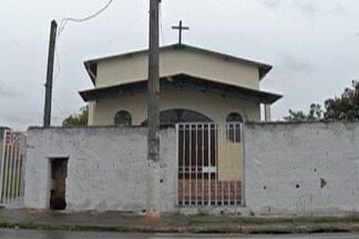 Criminosos invadem casa paroquial em Itaquaquecetuba - Polícia procura pelos ladrões que amarraram padre. Eles levaram dinheiro e eletrônicos.