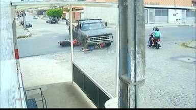 Motociclista sobrevive a acidente de trânsito impressionante em Campina Grande - Ele deslizou por baixo do caminhão e só sofreu arranhões.
