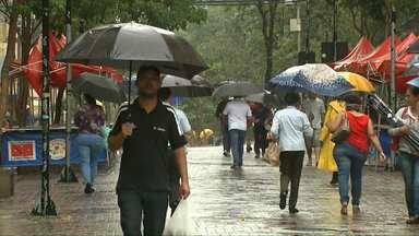 Consumidores enfrentam chuva para procurar presente de Natal - Choveu bastante na manhã desta sexta-feira em Londrina. Confira os horários de funcionamento do comércio de rua e nos shoppings.
