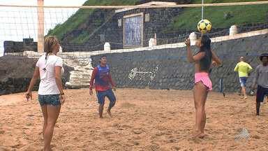 Praticantes de futevôlei aproveitam as praias da orla de Salvador - O esporte democrático tem crescido nas praias da cidade; confira.