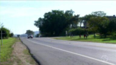 Concessionária da Nova Dutra alerta para riscos de acidente com pipas na região - Na quarta-feira, uma criança de 10 anos morreu atropelada em Resende. Segundo a PRF, o menino estava empinando pipa na beira da estrada no momento do acidente.