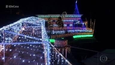 Seu Almir enfeita a casa com mais de 60 mil lâmpadas para o natal - Morador de Blumenau já é conhecido por suas decorações natalinas. Ele conta com a ajuda de amigos e vizinhos para recuperar pisca-piscas e montar a iluminação