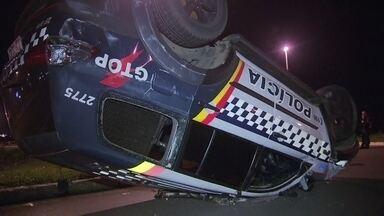 Carro da Polícia Militar capota durante perseguição na Candangolândia - Mais um carro da Polícia Militar envolvido em acidente de trânsito. Na madrugada desta terça-feira (26), a viatura capotou durante uma perseguição na Candangolândia. Dois PMs ficaram feridos.