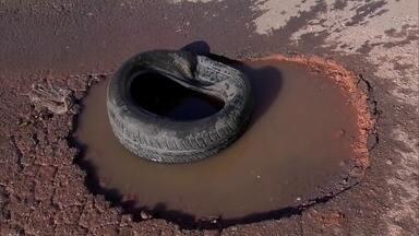 Moradores reclamam dos buracos nas ruas de Taguatinga - Moradores da QI-3, em Taguatinga, não sabem mais o que fazer com tantos buracos na rua. E com a chuva, a situação piorou.