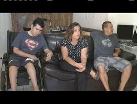 Família busca ajuda para custear tratamento médico para filho que sofre com doença rara - Rapaz tem distrofia muscular de duchenne, que afeta a força muscular.