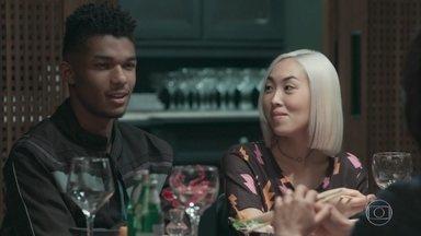 Anderson demonstra conhecimento sobre cinema e surpreende Mitsuko - A mãe de Tina desdenha o trabalho de produção de clipes do namorado da filha e Anderson diz que grandes diretores cinematográficos também já produziram clipes musicais