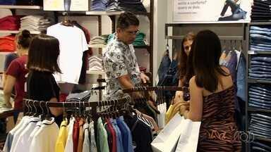 Shoppings fazem saldões para manter comércio aquecido, em Goiânia - Em um centro comercial, descontos chegam a 70%. Porém, consumidores precisam ter cuidado para não cair em tentação.