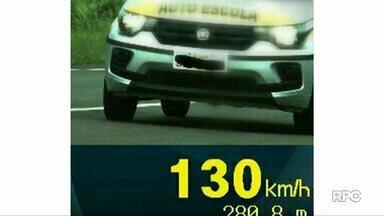 Carro de autoescola é flagrado a 130 km/h em trecho de rodovia em Cascavel - No local, a velocidade máxima permitida para veículos pequenos é de 110 km/h.