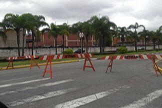 Via é liberada em Poá após interdição por alagamento - Rua Leonor Bolsoni ficou interditada após chuva forte.