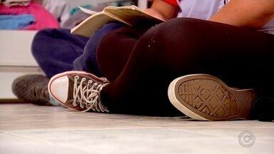 """Campanha 'Adote um boa noite' estimula a adoção de adolescentes - Cinco mil crianças e adolescentes em todo Brasil estão à espera de adoção. E muitos deles chegam aos 18 anos sem nunca terem saído dessa fila. É que quanto mais velhos, mais distante fica o sonho de ter uma nova família. A campanha """"Adote um boa noite"""", do Tribunal de Justiça de São Paulo, quer estimular a adoção tardia."""