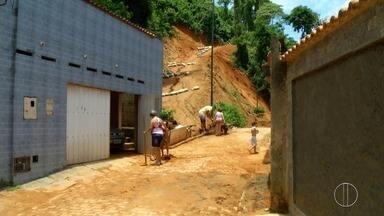 Moradores de Petrópolis, RJ, fazem mutirão de limpeza nesta terça após forte chuva - Assista a seguir.