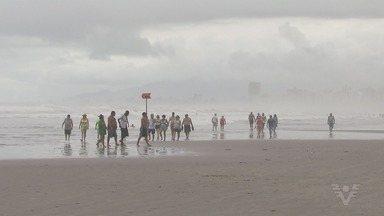 Número de pessoas na Baixada Santista chega a triplicar nas festas de fim de ano - Muita gente emenda os dois feriados para curtir a praia na região.