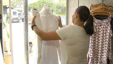 Consumidores voltam ao comércio após natal em busca de roupa para o réveillon - As lojas já mudaram o visual para atrair compradores.