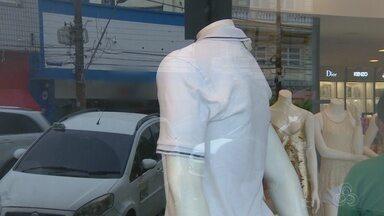 Vitrines de lojas em Manaus ganham cores do réveillon - Depois do Natal, roupas brancas tenham ganhar clientes