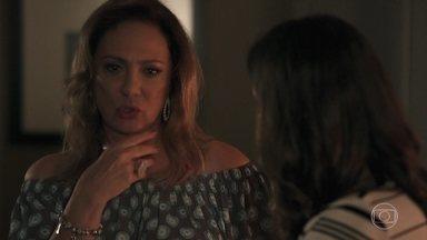 Nádia fala para Tônia não conversar com Bruno - Depois de conversar com a nora, Nádia faz um show particular para o marido