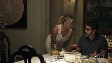 Suzy tenta entender o motivo da demissão do Dr Mariani por seu marido - A enfermeira interrompe o jantar de Samuel com a mãe e faz perguntas