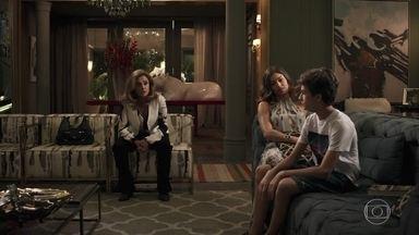 Sophia alerta Lívia sobre a possibilidade de perder Tomaz para Clara - Lívia fica pensativa