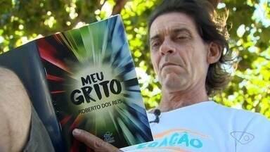 Poeta, ex-morador de rua, escreve livro no ES - O escritor Roberto dos Reis fala como superou as dificuldades e a ajuda que 'as palavras' deram para essa conquista.