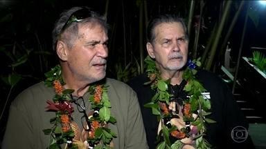 Dois amigos que cresceram juntos no Havaí descobrem que são irmãos - Descoberta aconteceu depois de 60 anos. Walter nunca conheceu o pai, Alan foi adotado e não sabia quem eram seus pais biológicos. Um site que procura DNAs parecidos apontou os dois como compatíveis e eles acabaram descobrindo que têm a mesma mãe biológica.