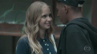 Fio e Clara se despedem com um beijo - Os dois combinam um outro encontro