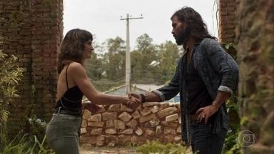 Clara oferece ajuda a Mariano - Ela descobre que o garimpeiro se decepcionou com Sophia e conta que é mãe de Tomaz