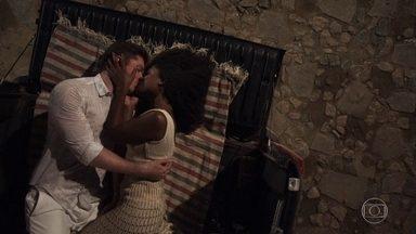 Bruno e Raquel ficam juntos no ano novo - Os dois se declaram e se beijam