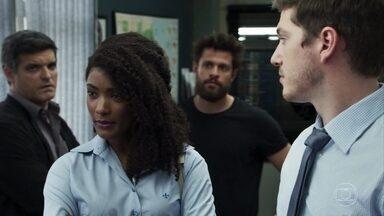 Raquel chega à delegacia, e Vinícius é obrigado a respeitar sua ordem - Clara comemora a prisão de Sophia