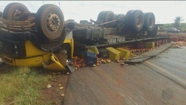 Caminhão carregado com mangas capota entre Colômbia e Barretos, SP - Motorista foi socorrido com ferimentos leves e passa bem.